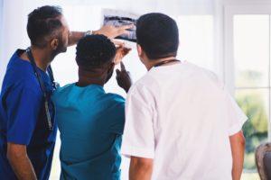 Stomatolodzy analizują RTG jamy ustnej